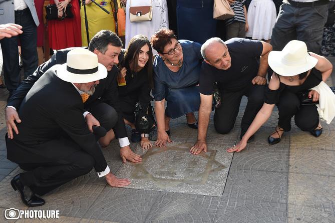 Festival Bşk'ı, Kültür Bakanı ve diğer yetkililerin çömelip, rahmetli sanatçıların adlarına konan yıldıza dokunmaları, çok şık bir davranıştı