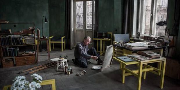 Usta resam Vladislav Sdşeminsgi, başına geleceklerden habersiz, bir ayağı ve bir kolu olmaksızın, evletin tahis ettiği, geniş ev  ve stüdyosunda çalışıyor.