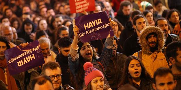 16 Nisan referandumunda usulsüzlük yapıldığı iddiaları nedeniyle binlerce kişi sokaklara çıkarak sonucu protesto etmişti