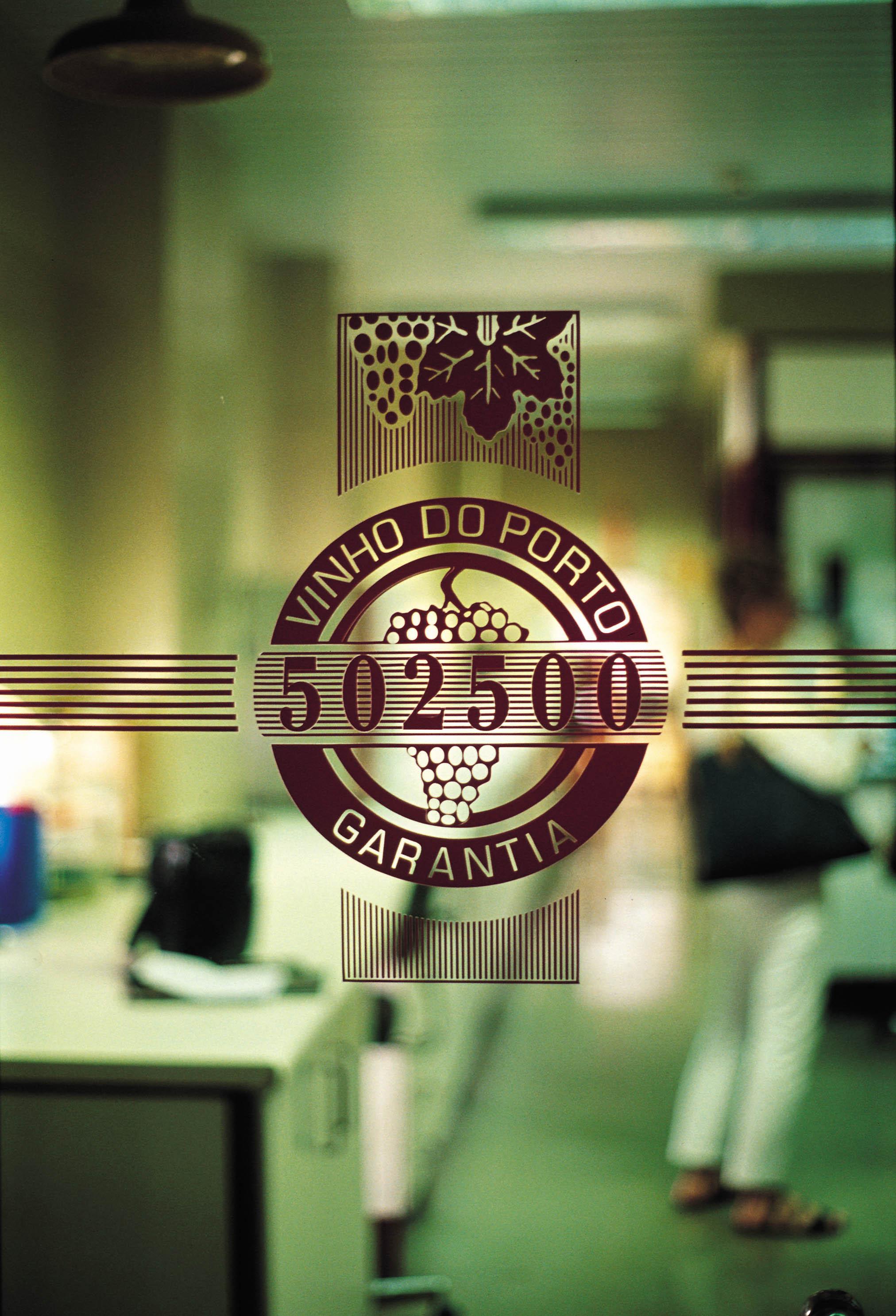 Porto Şarapları Enstitüsü yıllanmış şarapların yaşlarını karbon 14 testleriyle kontrol ediyor.