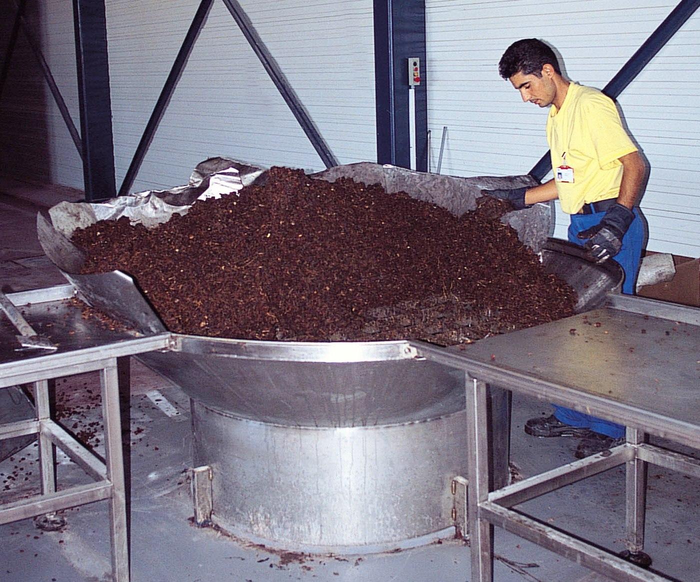 Dünya ikincisi olduğumuz kuru üzümden katma değeri bir tek rakı üretiminde elde ediyoruz.