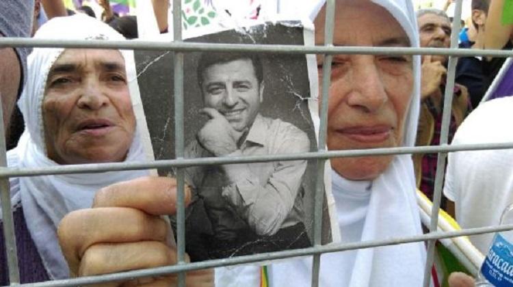 Alana sadece HDP flamaları alınırken, bazı katılımcıların cezaevinde bulunan HDP Eş Genel Başkanı Selahattin Demirtaş'ın fotoğraflarını taşıdıkları görüldü.