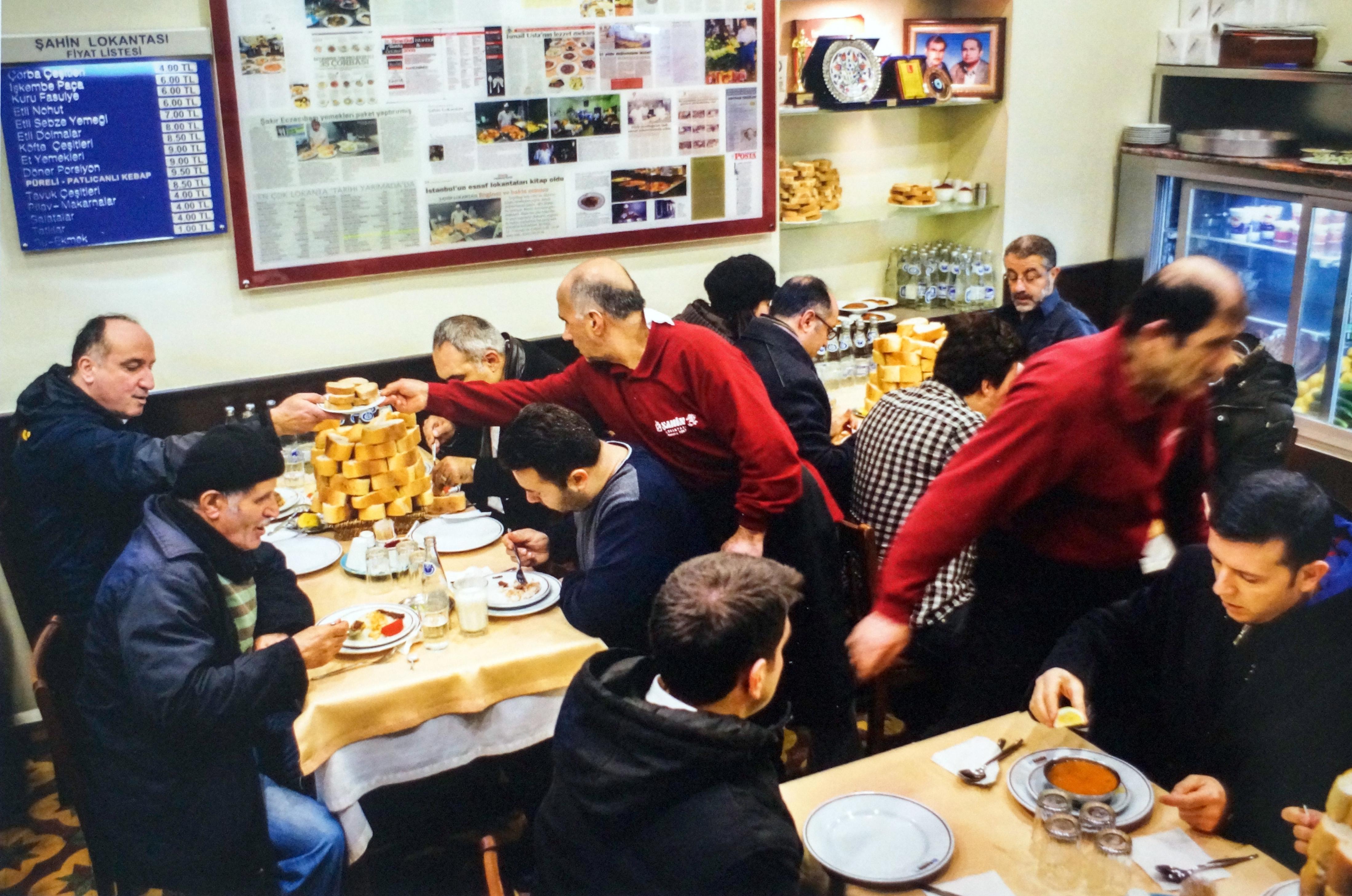 İstanbul'un en eski esnaf lokantalarından Beyoğlu'ndaki Şahin Lokantası, 50 yılını kutluyor. (Fotoğraf Rıza Erdeğirmenci)