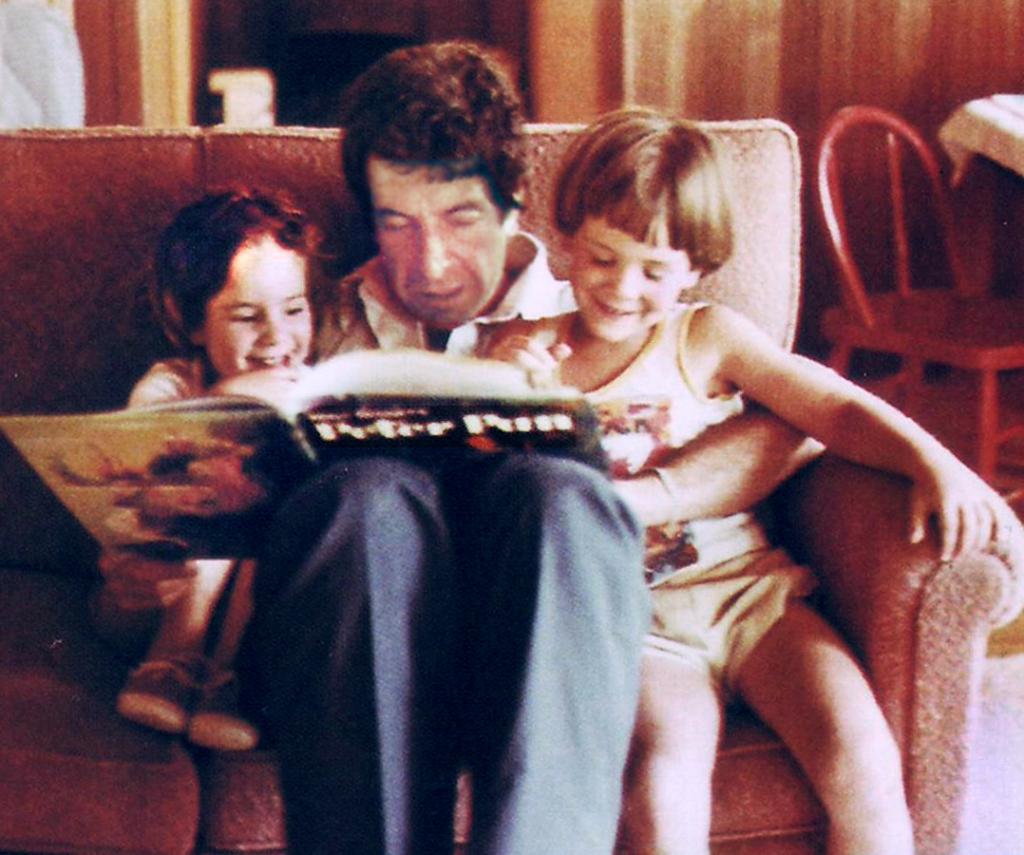 Leonard Cohen çocukları Lorca ve Adam'a Peter Pan okurken, Fotoğraf: Dominique Boile