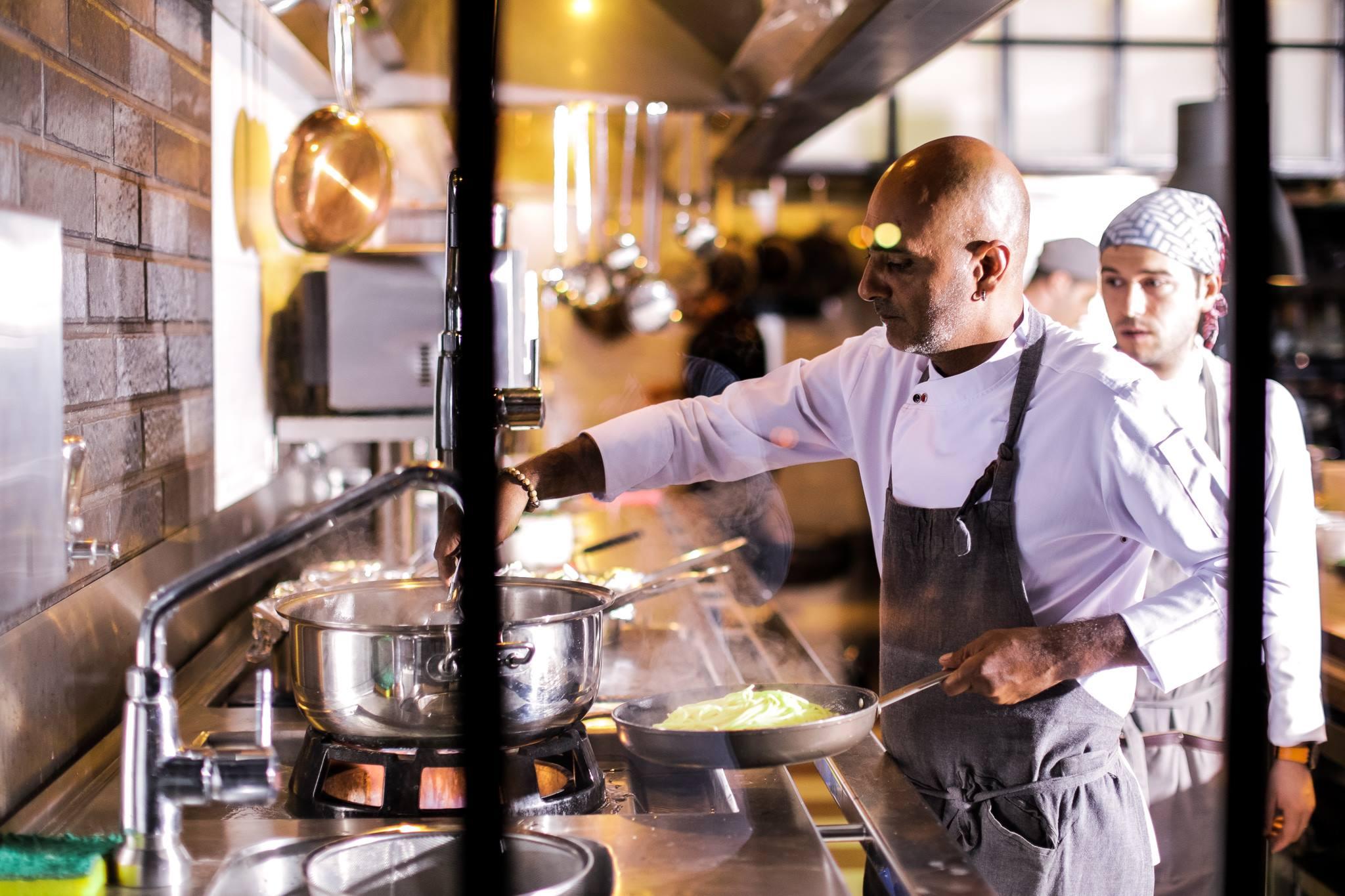Alaçatı'daki Kapha, Kuzey İspanya'nın Michelin yıldızlı restoranları ayarında.