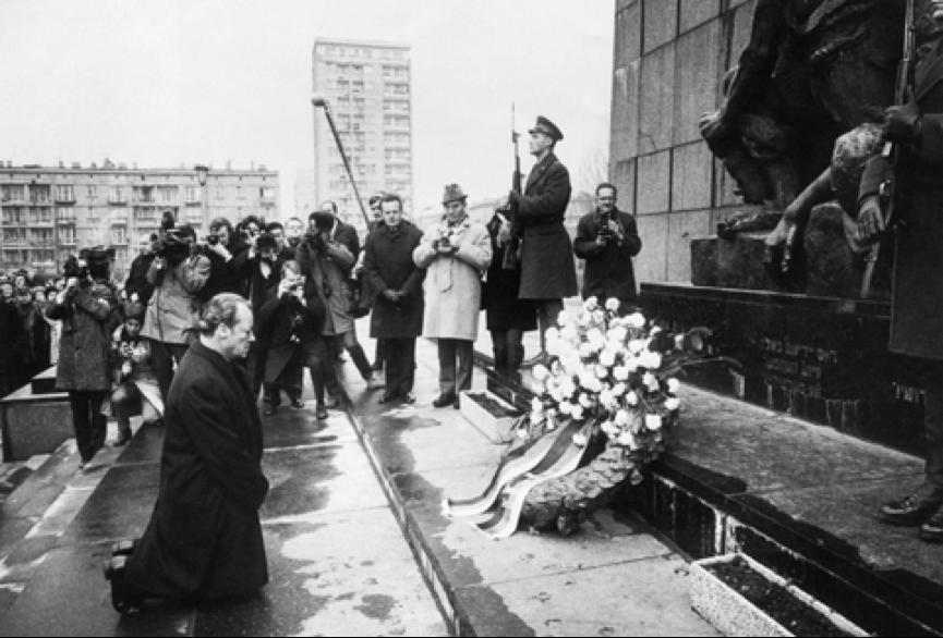 Batı Almanya Başbakanı Willy Brandt, 7 Aralık 1970'de, Varşova Gettosu Anıtı'nın önünde diz çöker ve Yahudi Soykırımı için özür diler!