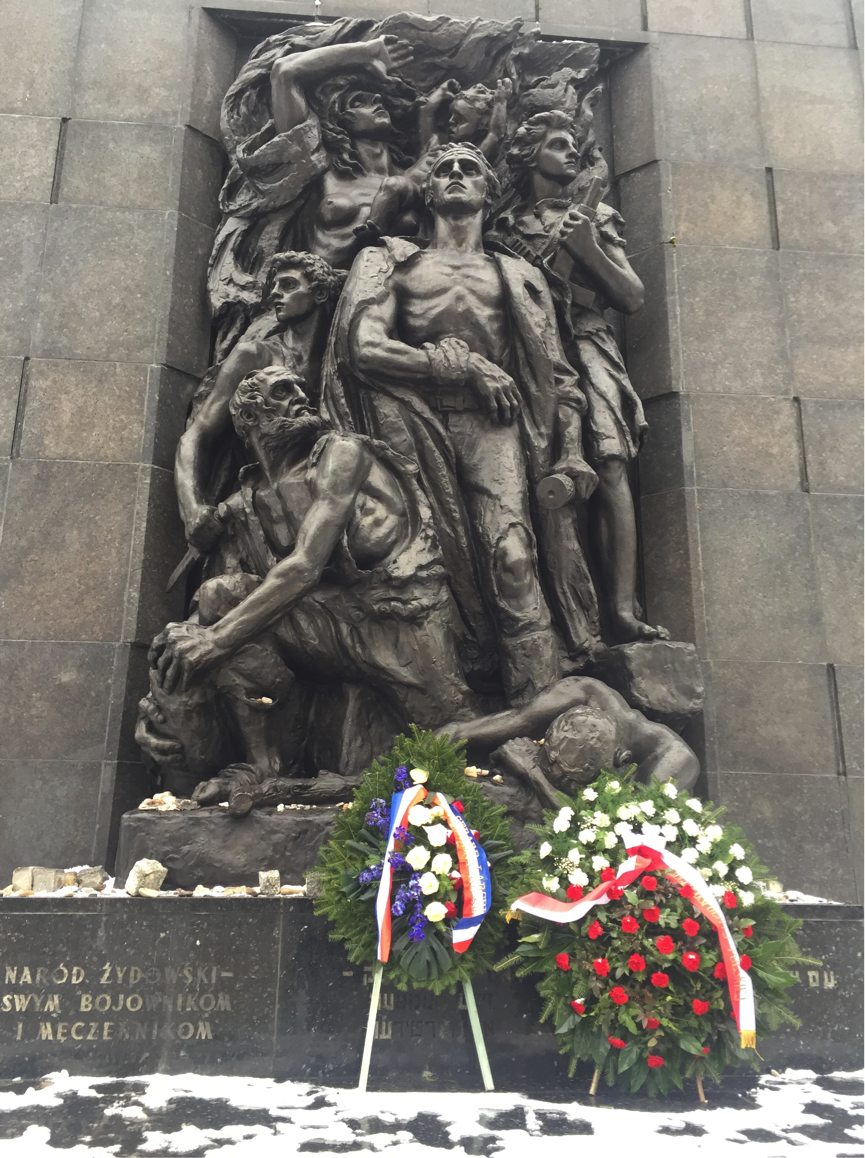 Varşova'da getto kahramanları için inşa edilen anıt