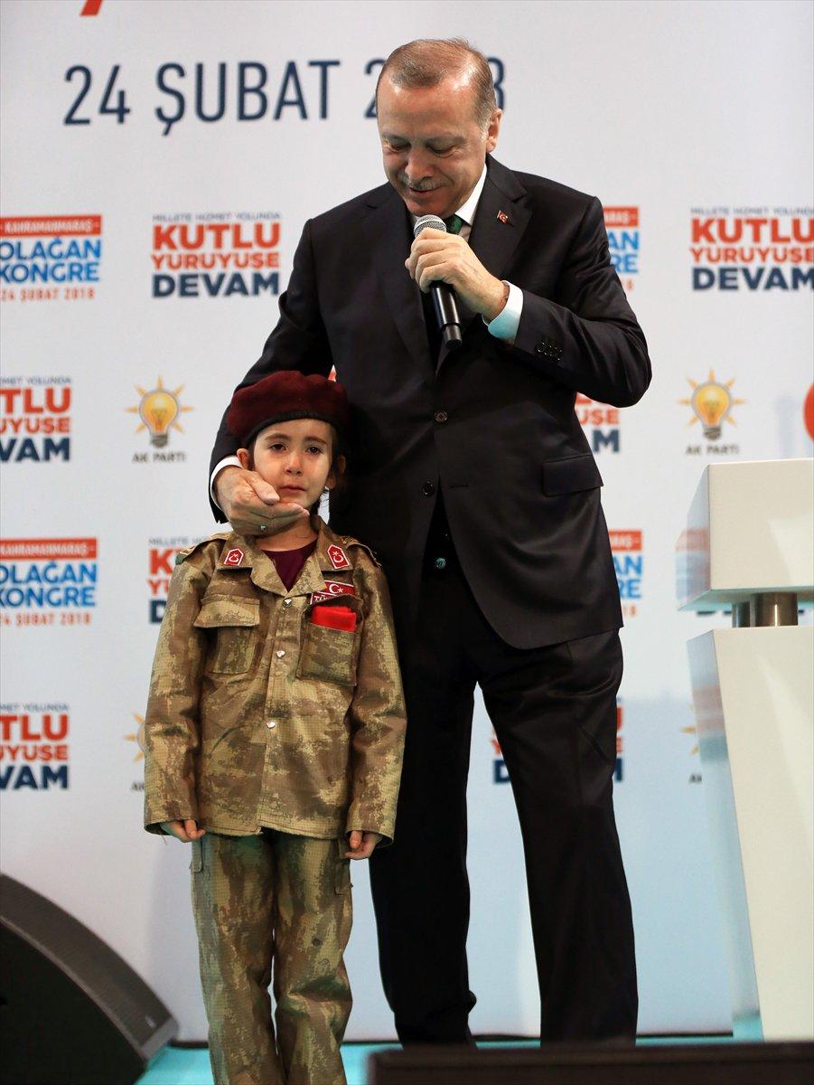 Kahramanmaraş AKP il kongresinde konuşan Cumhurbaşkanı Erdoğan, askeri kıyafet giyen 6 yaşındaki Amine Tıraş'ı sahneye aldırdı