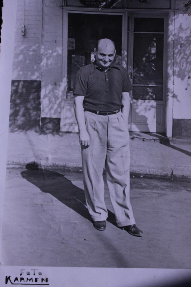 Hristo Arvanitis, Büyükada'daki dükkanın önünde