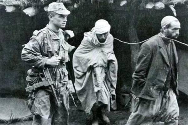 Fransız askeri Cezayirli direnişçileri götürürken