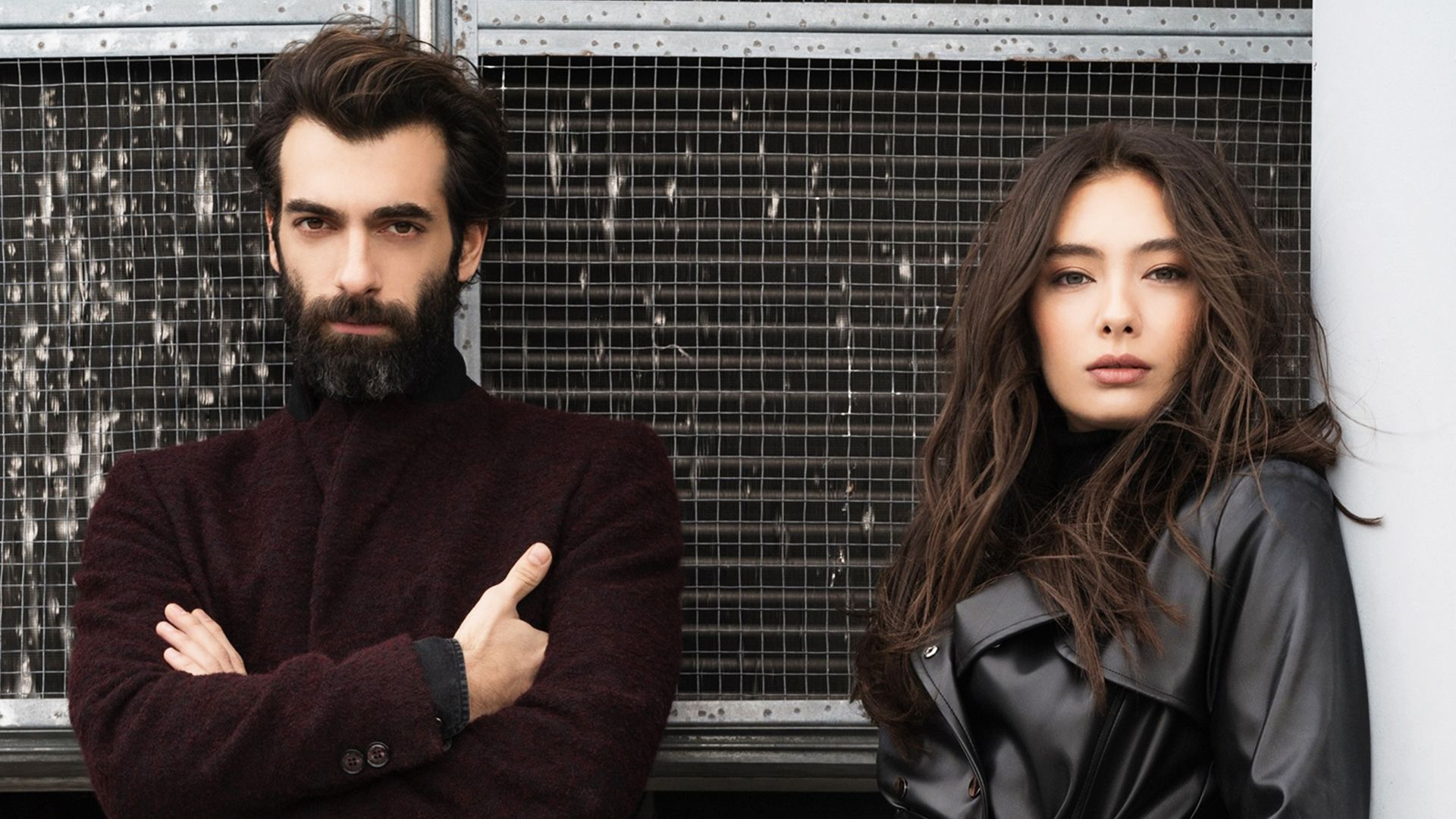 Dip dizisinde Neslihan Atagül ve İlker Kaleli'nin yanı sıra, Bülent Emin Yarar, Lale Mansur ve Berrak Tüzünataç da rol alıyor.