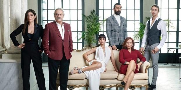Şahsiyet dizi ekibi. Ana görsel: Şahsiyet. Senaryosunu Hakan Günday'ın yazdığı, yönetmenliğini Onur Saylak'ın üstlendiği dizide, Haluk Bilginer, Cansu Dere, Müjde Ar, Metin Akdülger ve Hümeyra rol alıyor.