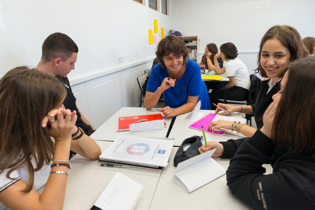 Edwige Chirouter Sainte Pulchérie Fransız Lisesi'nin öğrencileriyle atölye çalışmasında.