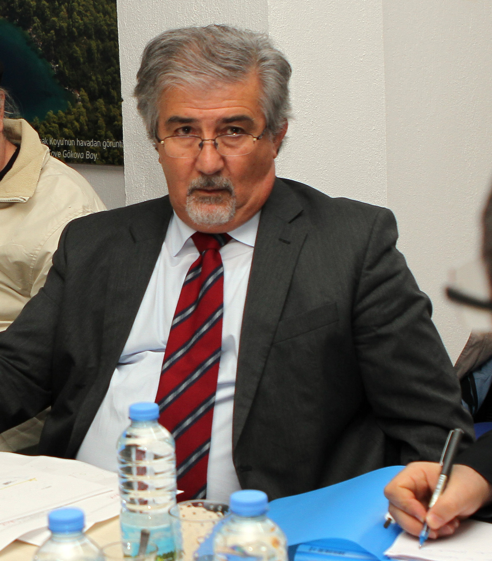 Erdal Özhan