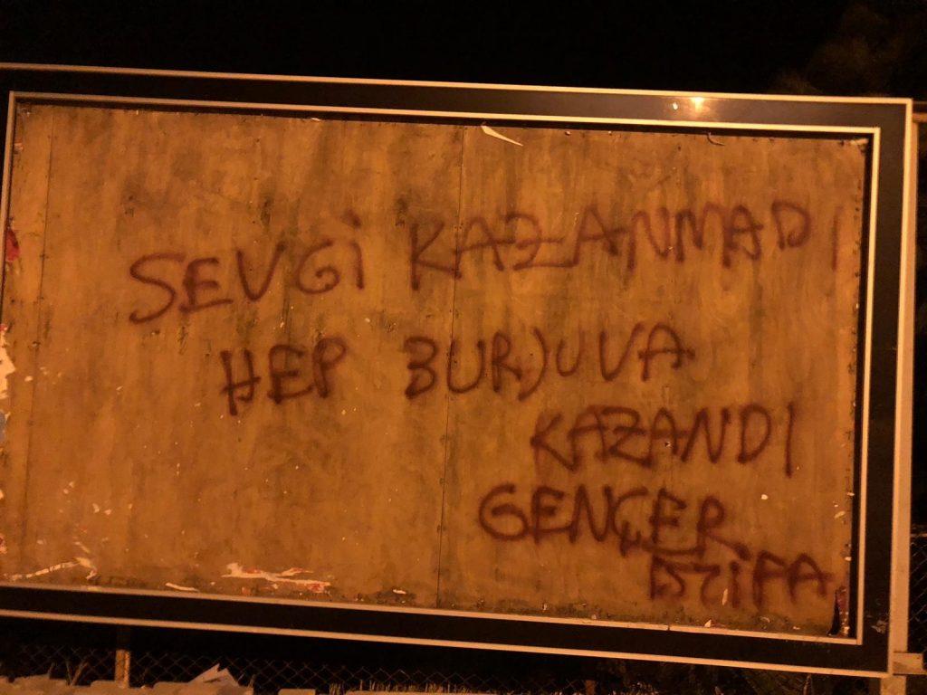 """Ayvalık Belediyesi'nin """"Sevgiyi hissedin Ayvalık'tasınız"""" sloganına gönderme yapan bir yazılama"""