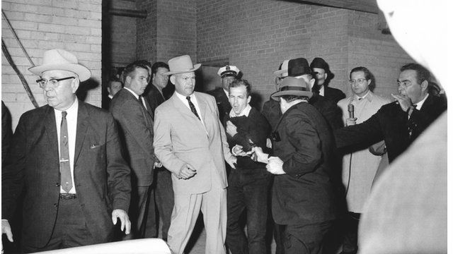 Lee Harvey Oswald, 24 Kasım günü canlı yayında Jack Ruby tarafından vuruldu