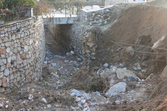 Eksik yapılan dere ıslahı, yıkılmış duvar