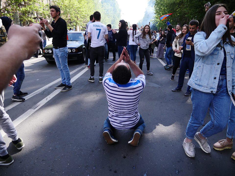 Eski Cumhurbaşkanı, daha sonra Başbakan olan Serj Sarkisyan'ı istifa ettirdikten sonra, insanlar sokaklarsa diz çöküp 'Şükür sana Ya Rabb'im''' diyorlardı ...