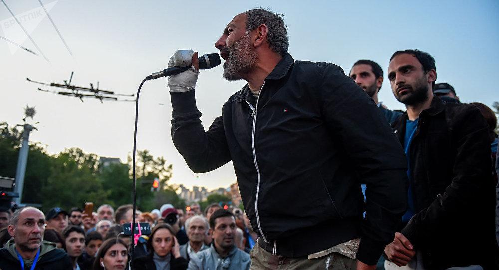 Haygagan Jamanak (Ermeni zamanı) gazetesinin, ezelden beri, cengaver, titiz, haksızlıkların üzerine giden bir gazetecisi olan Paşinyan, 20 Nisan'dan itibaren estirdiği rüzgâr fırtına dönüştü