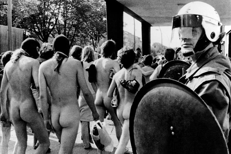 Berlin'de polis, bir işgal evini boşaltıyor. (1981)