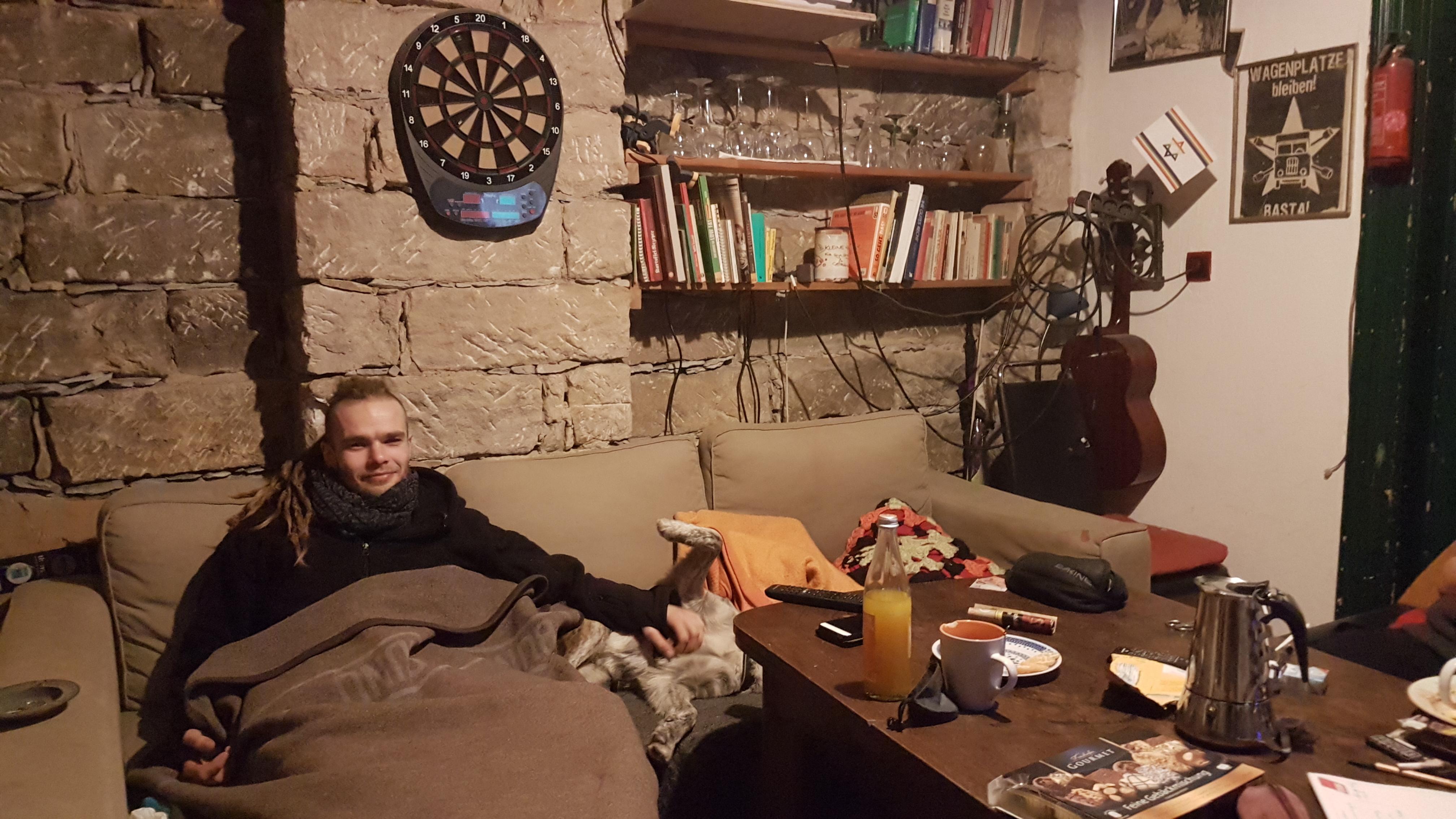 İşgal evinin ortak kullanılan oturma odasına girdiğimizde kanepede köpeğine sarılıp televizyon izleyen Conny'yle tanışıyoruz.