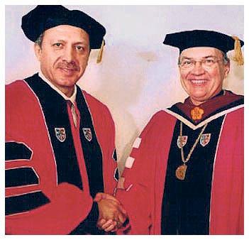 İsrail lobisinin yurtdışındaki en etkin kuruluşlarından Amerikan Yahudi Kongresi, 2004'te Tayyip Erdoğan'a cesaret ödülü vermişti.
