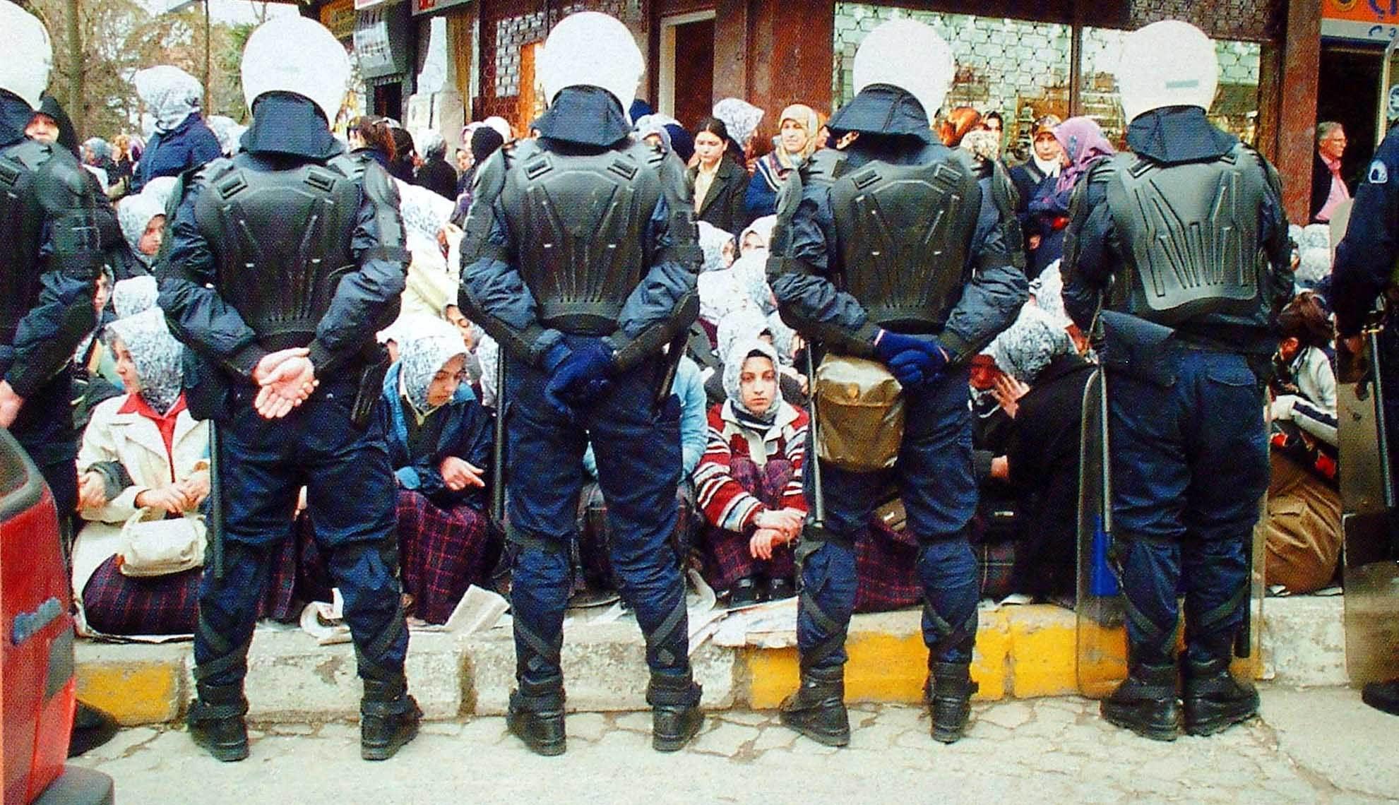 28 Şubat sürecinde ve izleyen dönemde başörtülü öğrencilerin üniversiteye girmeleri engellenmiş, yasak yıllarca protesto edilmişti