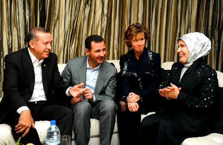 Erdoğan ve Esad arasında ailece ilişkiler kurulmasını ve iki ülke arasında ortak bakanlar kurulu toplanmasını izleyen dönemde Türkiye ile Suriye savaşın eşiğine geldi. (Soldan sağa: Tayyip Erdoğan, Beşşar Esad, Esma Esad, Emine Erdoğan)
