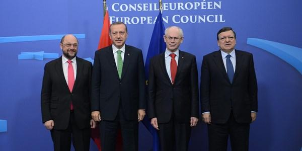 Erdoğan 14 Aralık operasyonu için 'hukuk' uyarısı yapan AB'ye, 'AB bizi alır mı almaz mı, bizim böyle bir derdimiz yok. Kendi göbeğimizi keseriz. AB kendi işine baksın' sözleriyle tepki gösterdi. (Soldan sağa: Avrupa Parlamentosu Başkanı Martin Schulz, Cumhurbaşkanı Erdoğan, AB Konseyi Başkanı Herman Van Rompuy, AB Komisyonu Başkanı Jose Manuel Barroso)