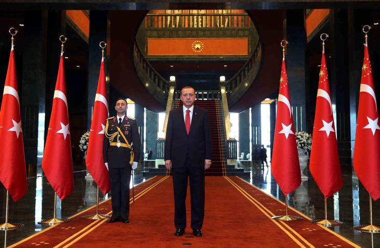 Tayyip Erdoğan'ın 1150 odalı 'kaçak saray'daki tek adamlığı AKP içinde çatlaklara neden olacak mı?