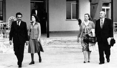 Başbakan Süleyman Demirel ve Nazmiye Demirel ile ana mulalefet partisi CHP'nin Genel Başkanı Bülent Ecevit ve Rahşan Ecevit, 12 Eylül 1980 darbesinden sonra 'zorunlu ikamet'e tabi tutuldukları Çanakkale Hamzakoy'a götürülürken