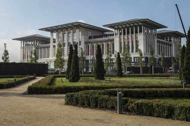 Başbakanlık binası olarak yapılan, ancak Erdoğan Köşk'e çıkınca Cumhurbaşkanlığı'na devredilen Ak Saray, 'Atatürk Orman Çiftliği arazisinde kaçak yapılaşma' tartışmasına da sahne oluyor