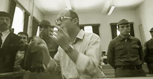 'Sarı Hoca' olarak da bilinen sosyolog İsmail Beşikçi, hayatının 30 yılını mahkemelerde, 17 yılını hapiste geçirdi, kitapları yasaklandı