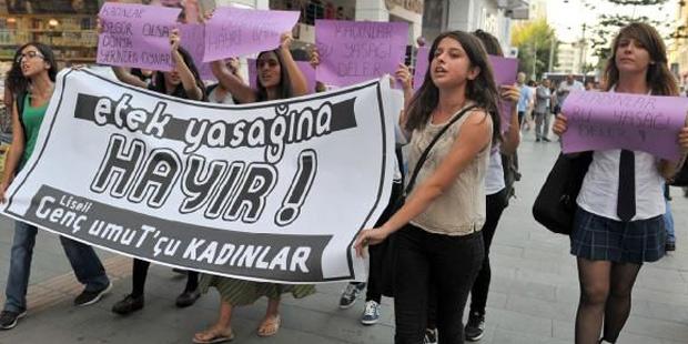 Antalya'da farklı liselerden bir grup kız öğrenci geçen yıl etek yasağı kararını protesto etmişti
