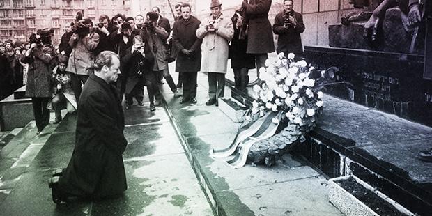 Batı Almanya Başbakanı Willy Brandt 7 Aralık 1970'te Varşova Gettosu Anıtı'nın önünde diz çökerek, Yahudi soykırımı nedeniyle özür dilemişti…