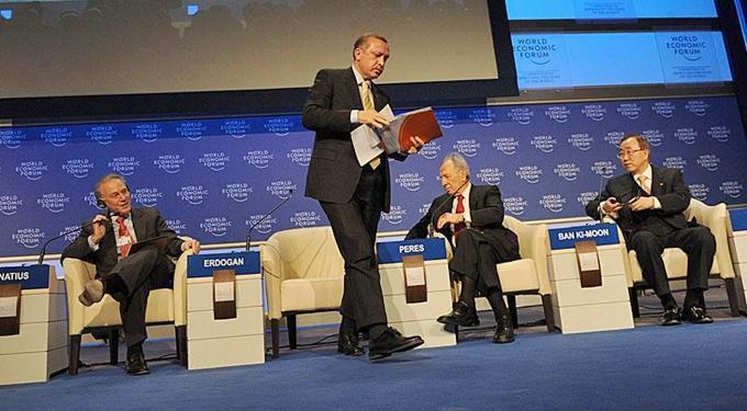 Erdoğan'ın, 29 Ocak 2009'da, BM Genel Sekreteri Ban Ki Moon ve İsrail Cumhurbaşkanı Peres ile katıldığı Davos zirvesindeki panelde kriz çıktı. Erdoğan, kendisine Peres'den az söz verdiği gerekçesiyle tepki gösterdiği moderatör David Ignatius'un sözünü kesmeye çalıştığı sırada 'One minute' diyerek konuşmasını sürdürdü ve salonu terk etti