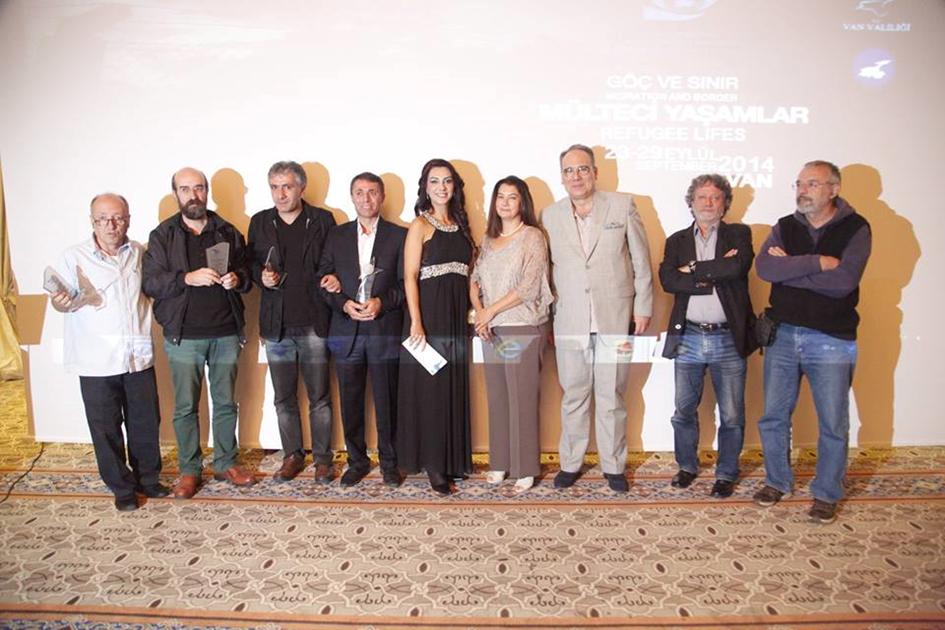 Festival Ödül Töreni Gecesi'nde, Raffi A. Hermonn ile Jüri Üyeleri ve ortada sunucu, İran'lı sinema sanatçısı, Taies Farzan