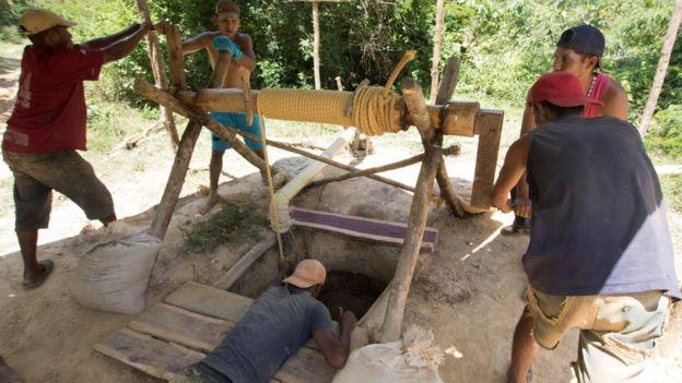 Venezuela yağmur ormanları içinde yüzbinlerce kişi ilkel yöntemlerle altın arıyor
