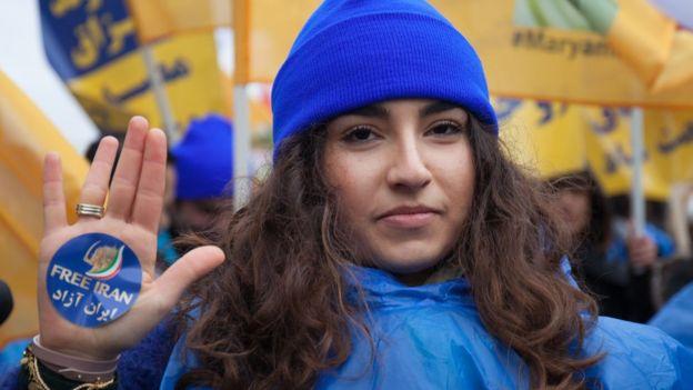 Fransa'da mevcut İran yönetimine karşı düzenlenen bir protestodan