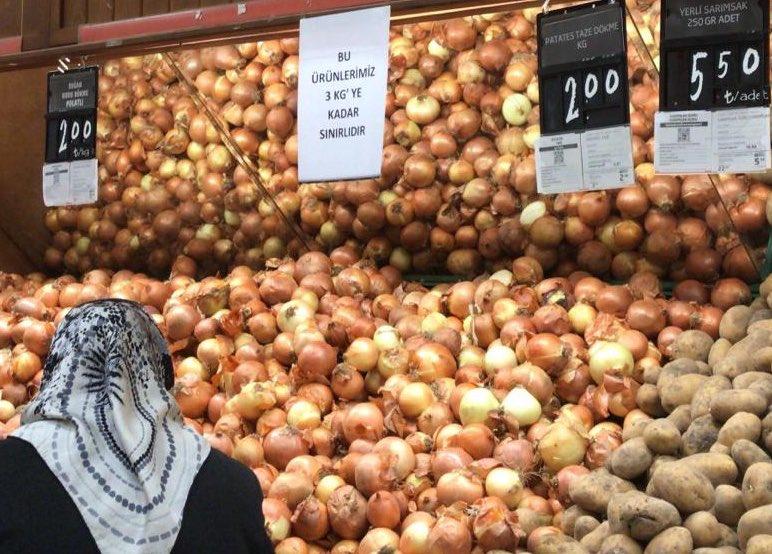 Zincir bir süpermarketteki soğan tezgahı: Bu ürünlerimiz 3 KG'ye kadar sınırlıdır
