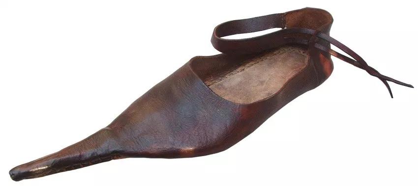 Roma döneminde, ayakkabıların uçları zenginliğin ve asaletin göstergesi olarak uzamış, sivrileşmiş