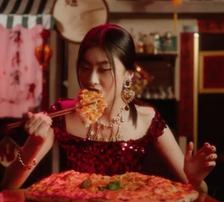 Dolce&Gabbana Şangay reklam kampanyasında Çinli model chopstickerle pizza yemeye çabalıyor