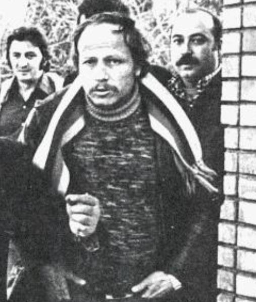 Ulvi Yanardağ 1976'da cezaevinden 'hasta' diye çıkıp,. eğlencelere katılan cinayet zanlısını sokakta böyle  görüntüledi. O tarihte 'Sarı Ulvi' olarak ünlüydü ve müthiş bir gazetecilikle gündem oldu.