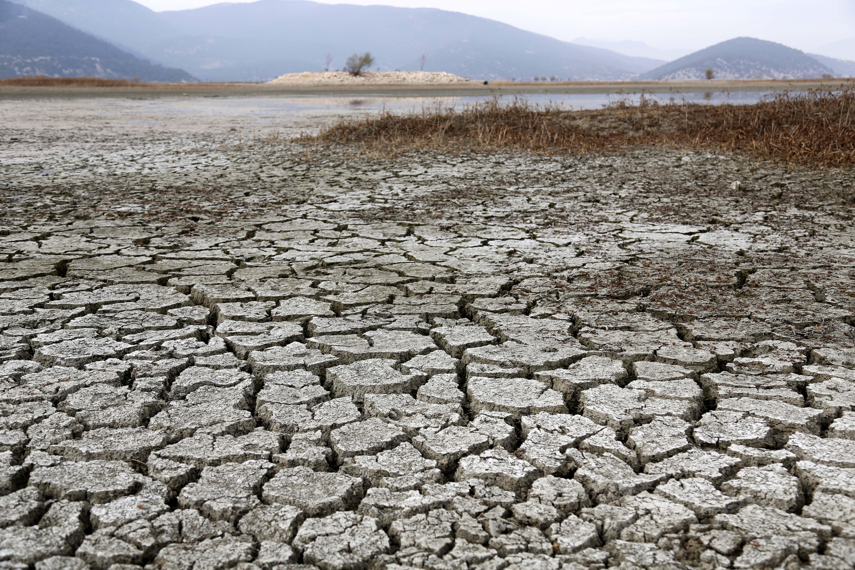 TEMA Vakfı Genel Müdür Yardımcısı Dr. Hikmet Öztürk, Türkiye'deki arazilerin yüzde 47'si çölleşme riski altında olduğunu söyleyerek, Ege Bölgesi'ndeki tarımsal arazilerde çölleşme tehlikesi riskinin olduğunu vurguladı.