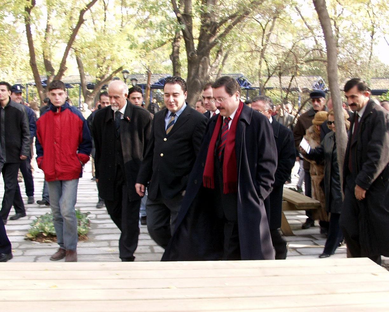 """1994'te ABD'den Ankara'ya dönen Babacan, bir süre Erdoğan'ın Ankara Büyükşehir Belediye Başkanlığı'ndan istifa ettirdiği Melih Gökçek'e danışmanlık yaptı. 2001 yılında AKP kurucu üyesi oldu. Babacan'ı siyasete sokan isimlerden biri 11. Cumhurbaşkanı Abdullah Gül'dü. Gül, Babacan'ın siyasete girişi için """"Kız ister gibi babasından istedim"""" demişti."""