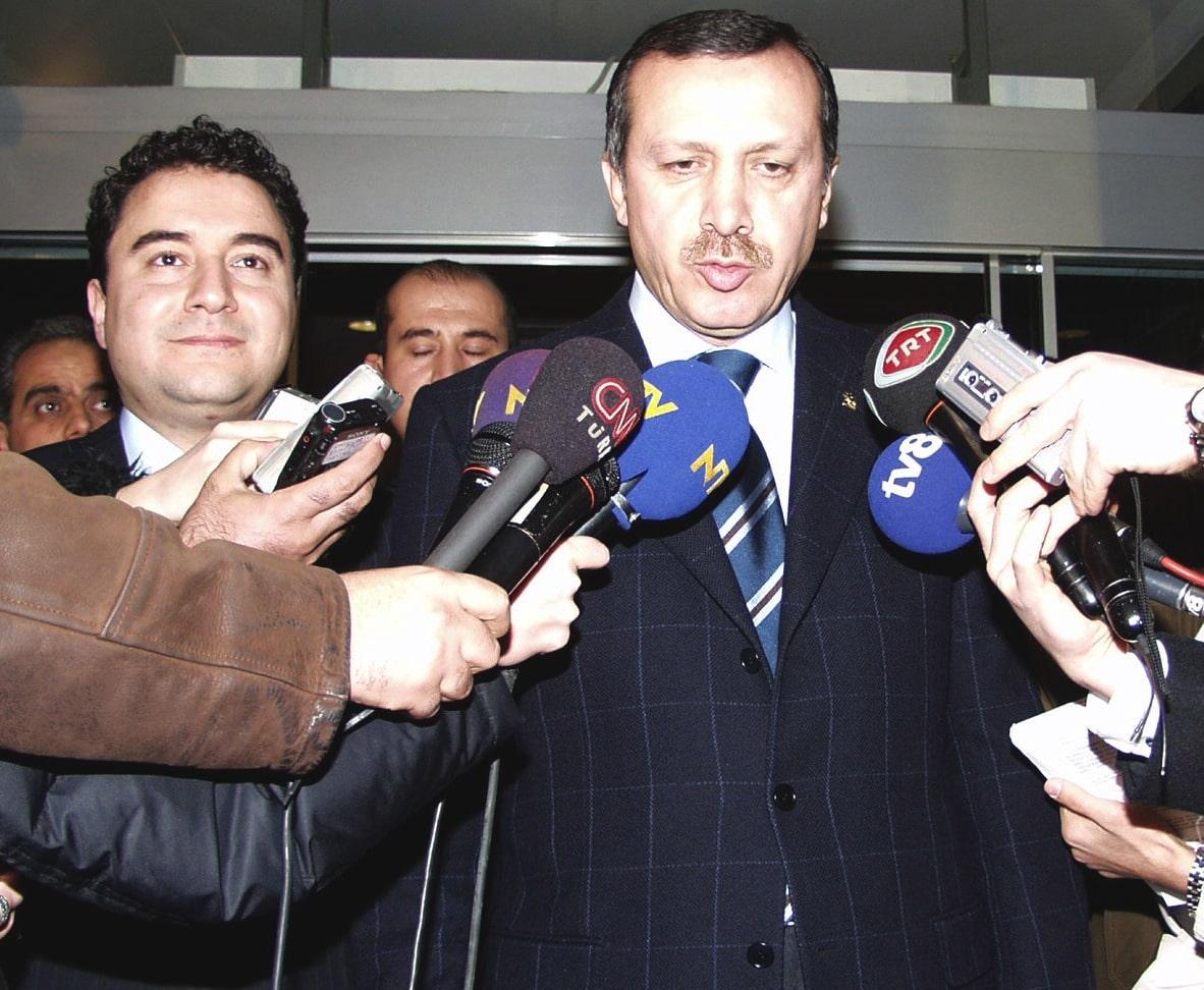 """ANAP-DSP-MHP hükümeti döneminde Türkiye, MGK toplantısında """"anayasa kitapçığı fırlatma"""" kriziyle birlikte devalüasyon ve ekonomik kriz yaşanmıştı. Krizi izleyen 3 Kasım 2002 erken seçiminde Ali Babacan, AKP hükümetinin krizden çıkmaya çalışan ekonomiyi teslim ettiği isim oldu."""