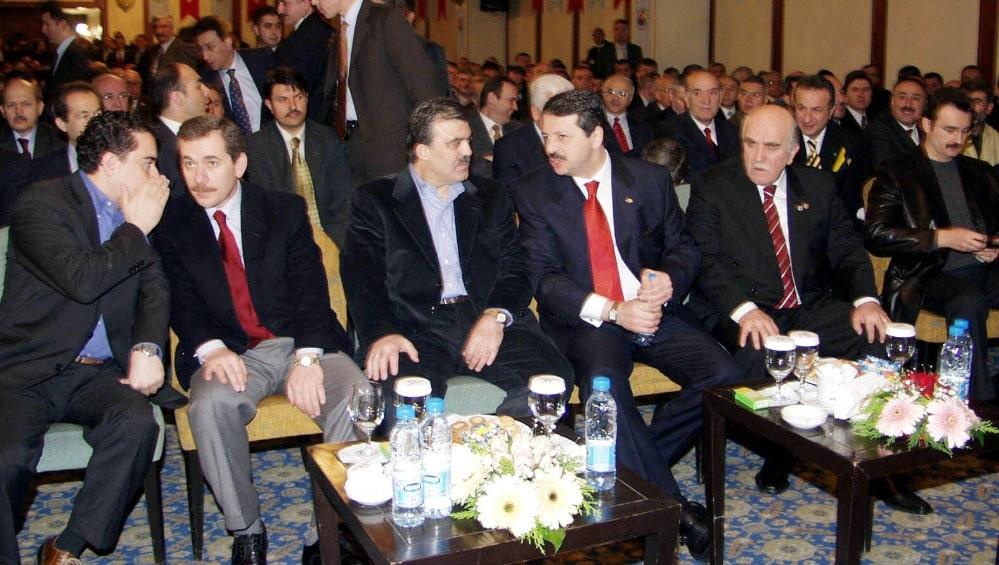 ÇIKRIKÇILAR YOKUŞU'NDAN EKONOMİNİN BAŞINA, AKP KURUCULUĞUNDAN ALTERNATİF PARTİYE; FOTOĞRAFLARLA ALİ BABACAN KİMDİR? - AKP, 14 Ağustos 2001'de Tayyip Erdoğan ve en yakınındaki üç isim olan Abdullah Gül, Bülent Arınç ve Abdullatif Şener öncülüğünde kuruldu; yaklaşık 1.5 yıl sonra katıldığı ilk genel seçim olan 3 Kasım 2002'de oyların yüzde 34.5'i ile parlamentodaki sandalyelerin yaklaşık yüzde 65'ine sahip olarak iktidar oldu.
