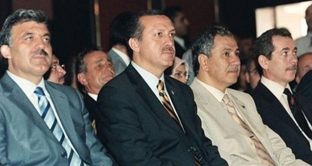 Erdoğan ile bu fotoğraftaki üç ismin, Abdullah Gül, Bülent Arınç ve Abdüllatif Şener'in yolları ayrıldı. Arınç, yaklaşık bir ay önce Erdoğan'ın davetini kabul ederek Cumhurbaşkanlığı Yüksek İstişare Kurulu üyeliğini kabul etti. Babacan, 17 yıllık AKP iktidarının 13 yılında ekonomiyi yöneten temel isim oldu, AKP hükümetlerinde ekonomiden sorumlu Devlet Bakanlığı, Başbakan Yardımcılığı ve Dışişleri Bakanlığı görevlerini üstlendi.