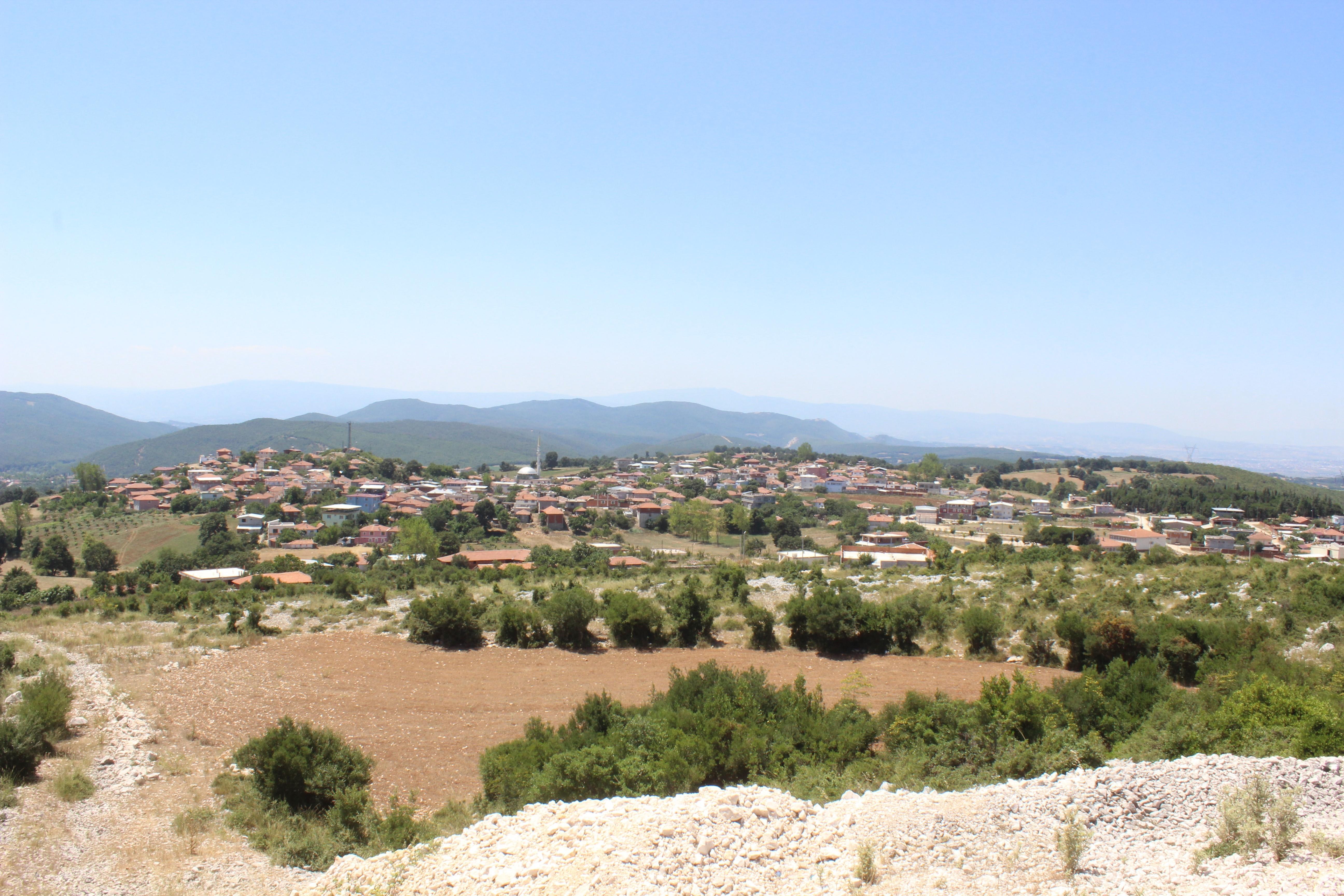 200 yıl önce Horasan'dan gelen ailelerin kurduğu Bursa'nın Mustafakemalpaşa ilçesinin Taşpınar köyü sâkinleri, dedelerinden kalan ve 50 yıldır işledikleri araziler yüzünden teker teker hapis cezası alıyor.