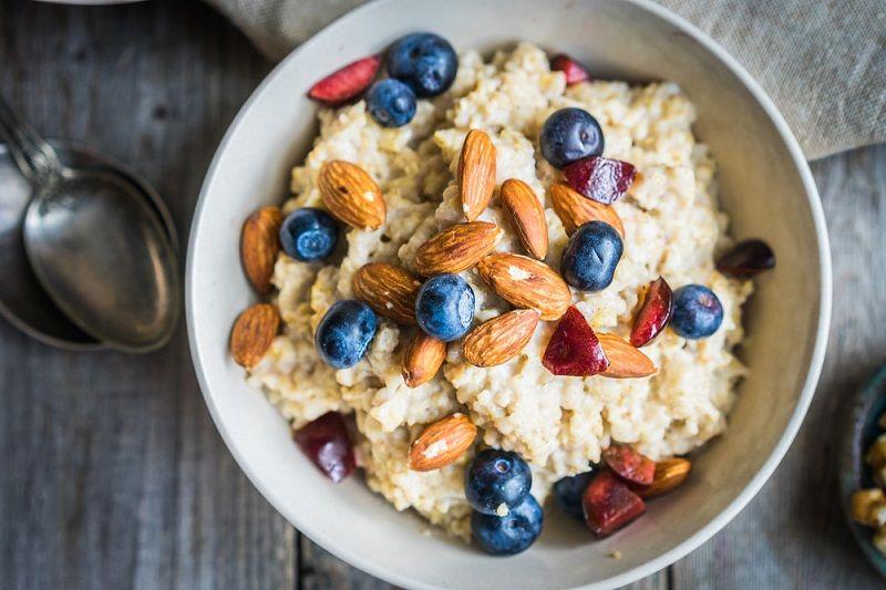 4-Kahvaltınızı önceden hazırlayın | Sabahları kahvaltı etmeye vaktiniz yoksa önceki geceden meyve/yoğurt/yulaf gibi kahvaltılıklar hazırlayıp buzdolabında tutabilirsiniz. Uzmanlar karışık ve çeşitli kahvaltıların yoğun tempolu hayat düzeninde sürdürülebilir olmadığı için tercih edilmemesi gerektiğini söylüyor.
